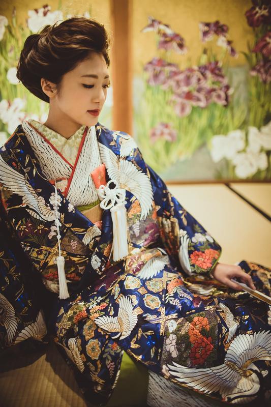 CUCURUフォトプランでロケーション撮影をされた花嫁さまのコーディネートをご紹介(色打掛):紺地の色打掛に合わせて大人っぽい上品なヘアアレンジを