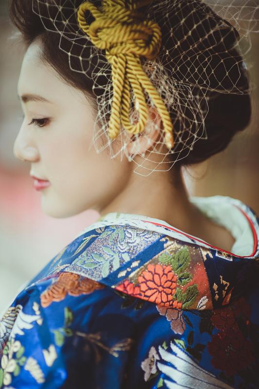 色打掛の紺に金のヘッドドレスで華を添えて