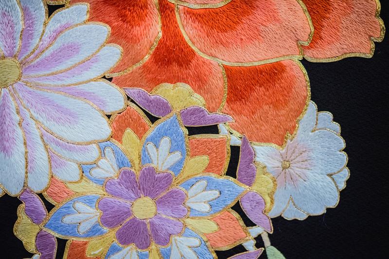 金駒刺繍でふちどりされた花の模様のお着物