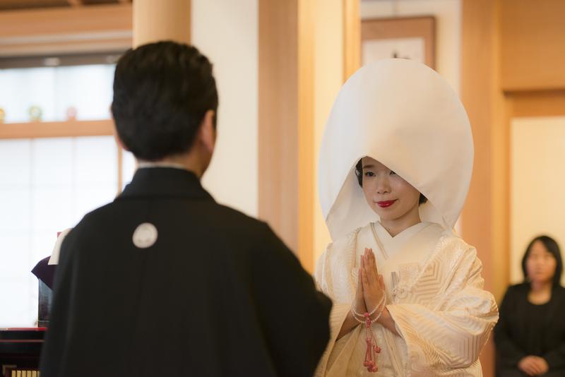 立正寺でお式をされた先輩花嫁さま。白無垢に綿帽子姿での仏前式です。