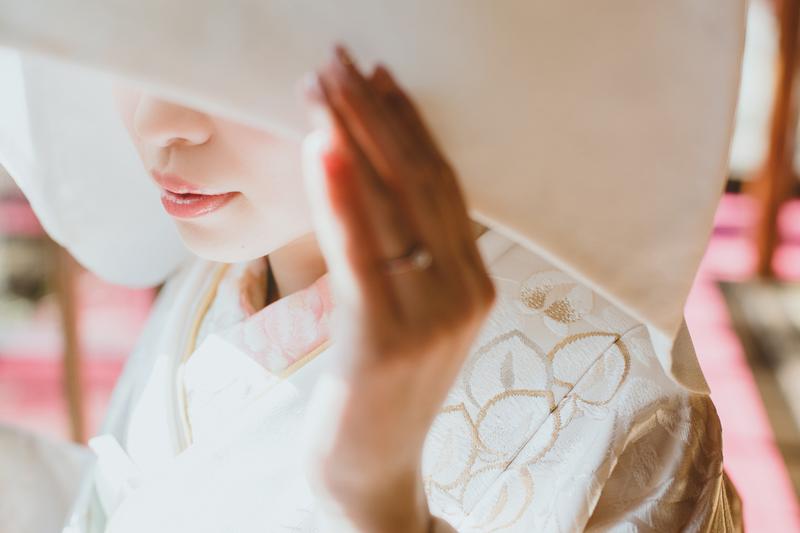 金糸の織り込まれた白無垢をお召しになった先輩花嫁さま