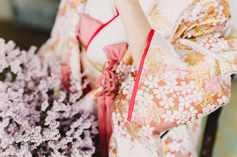 桜の柄が織り込まれた豪華絢爛な色打掛。