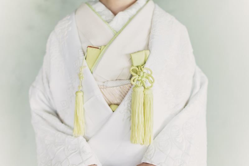 白無垢にポイントカラーで春らしい色を合わせたコーディネート。