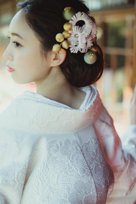 満開の桜の中、和装前撮りをされた先輩花嫁さまのご紹介。白無垢に合わせたのは白と金の『フラット飾りと南天の実』に浅葱色の玉簪。桜色のコーディネートでも甘くなりすぎないように仕上げました。