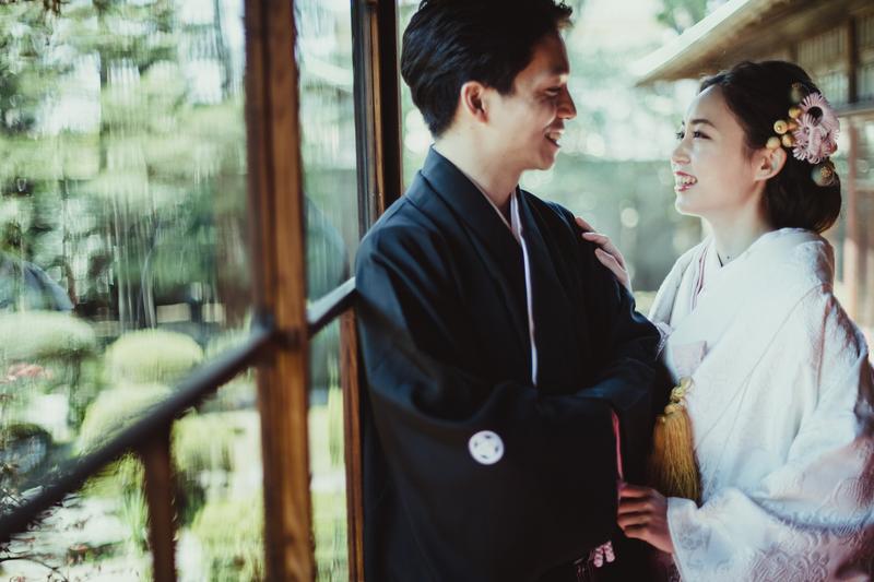 満開の桜の中、白無垢で和装前撮りをされた和装花嫁さまのご紹介。お二人の笑顔が素敵です