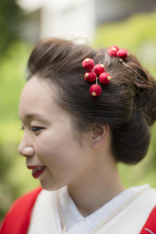 立正寺でお式をされた先輩花嫁さま。ヘアスタイルは結い上げを意識したまとめ髪に。ヘッドドレスはtegaraの『フラット飾りと南天の実』です。