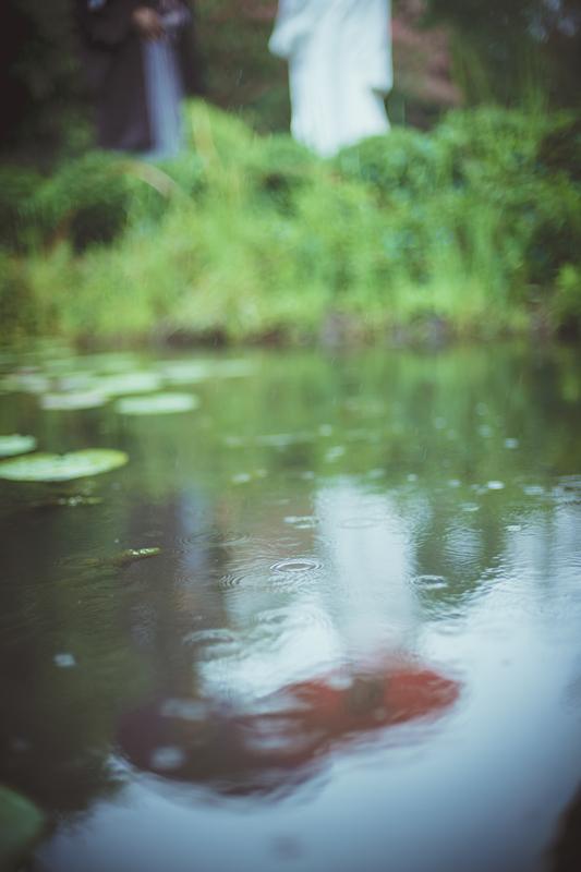 雨の日本庭園で前撮り撮影された先輩花嫁さま