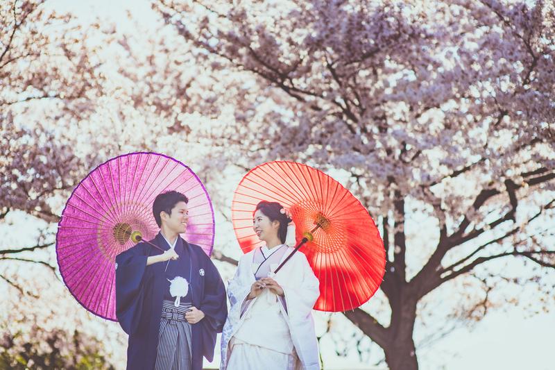 新郎さまの鉄紺色の紋付袴と新婦さまの伊達襟を合わせた上級コーディネート。