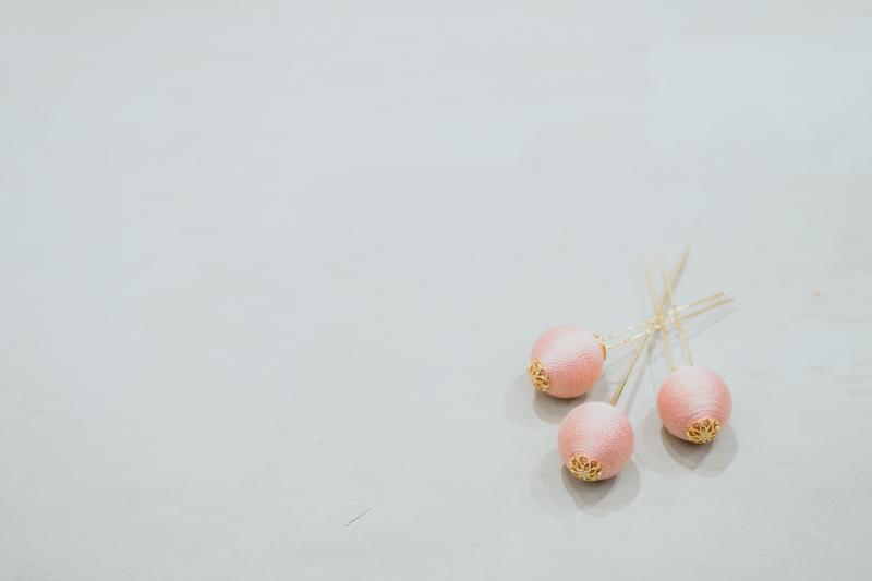 桜の撮影に桜色の簪で、ほんのり季節感を演出。
