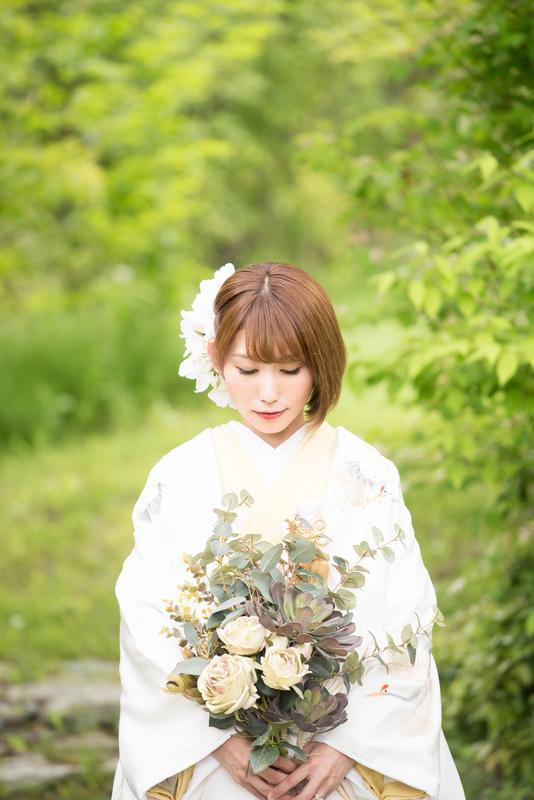 CUCURUの白無垢と色打掛をご利用の先輩花嫁さま。ボブスタイルにお花とブーケが可愛いですね。