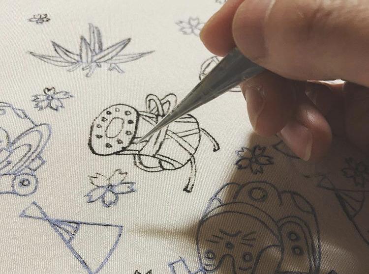 手描き友禅の工程:糸目糊置き