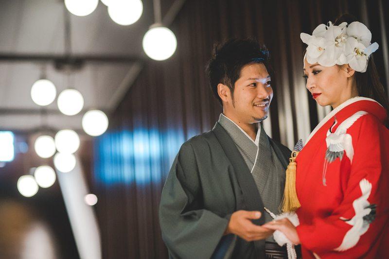赤の色打掛とモスグリーンの色紋付:アンダーズ東京でお式をされた和装花嫁さまをご紹介。