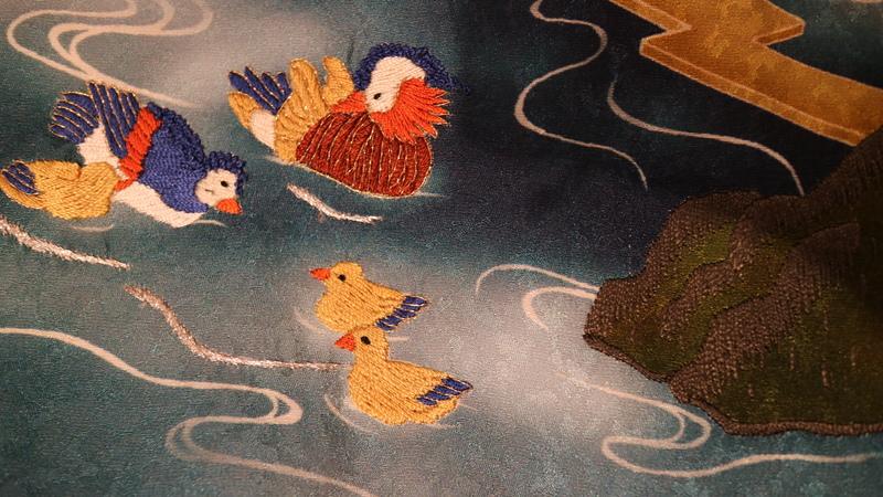 手描き友禅と刺繍で描かれた鴛鴦の夫婦と子供たち