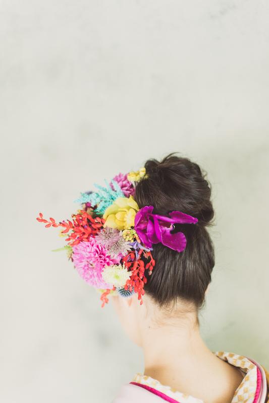 色打掛に合わせた色味の髪飾りで統一感のあるコーディネートに。