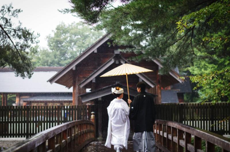 白無垢に番傘の後ろ姿が素敵ですね