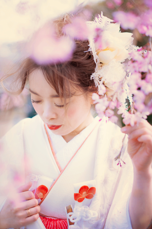 白無垢と花嫁さまの白いお肌が桜に映えますね
