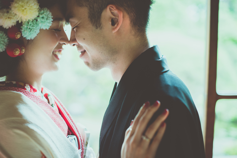 CUCURUフォトプランでロケーション撮影をされた和装花嫁さまをご紹介(白無垢):白無垢に赤のコーディネートでかわいらしく