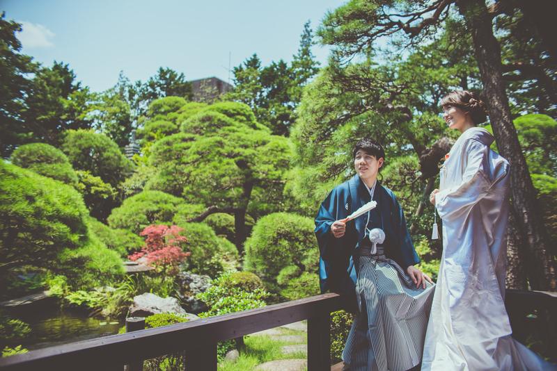 CUCURUフォトプランで撮影された和装花嫁さまをご紹介(白無垢):白無垢姿が庭園に美しく映えますね