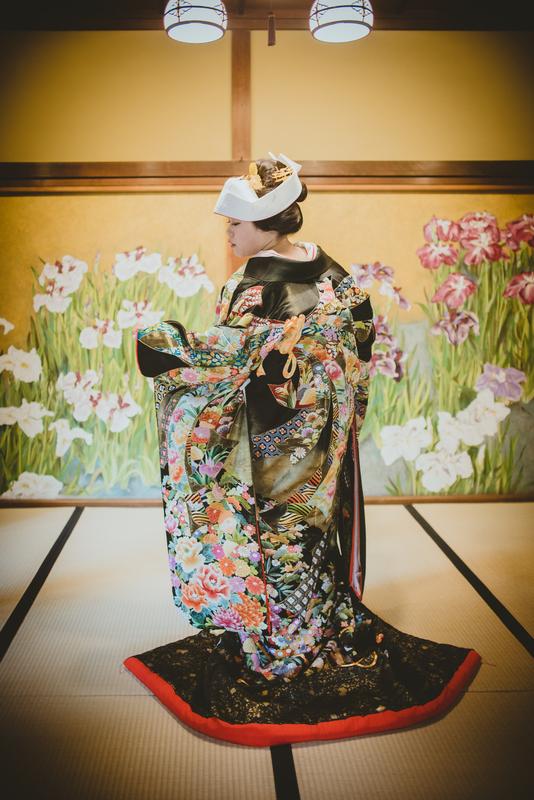 CUCURUフォトプランで撮影された和装花嫁さまをご紹介いたします(白無垢・色打掛):黒地の色打掛に角隠しもお似合いです