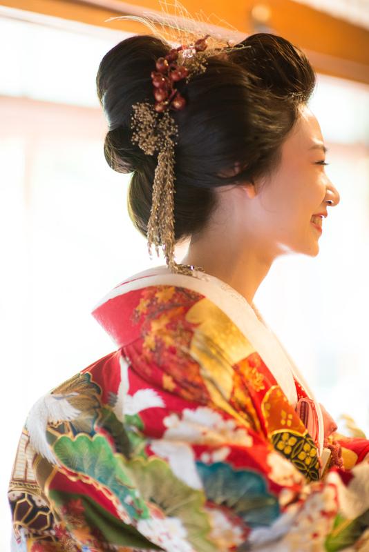 色CUCURUの色打掛でお式をされた和装花嫁さまをご紹介:打掛に自然な地毛結いの日本髪が素敵ですね