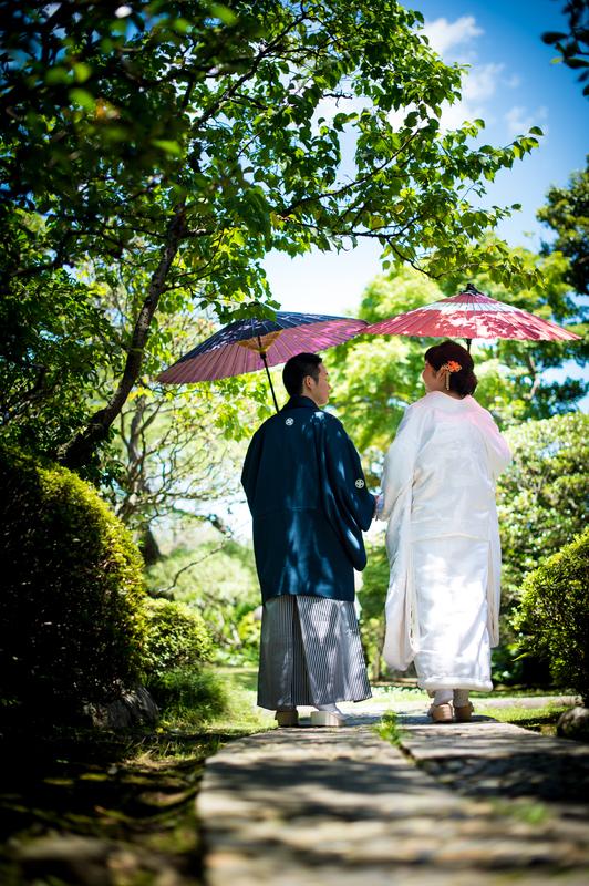 フォトプランでも当日でもレンタルいただいた和装花嫁さまをご紹介(白無垢・引き振袖):爽やかな庭園に白無垢姿が映えますね