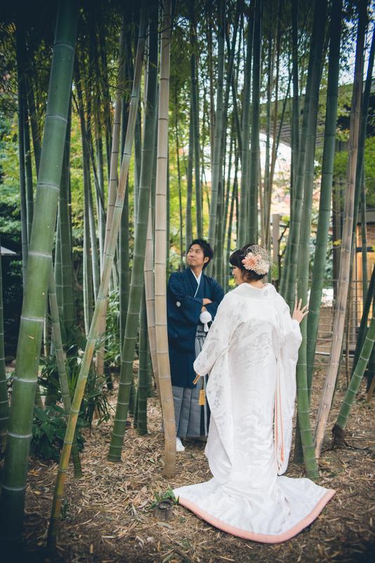 可愛らしいお色味の白無垢とヘッドドレスが竹林に映えますね