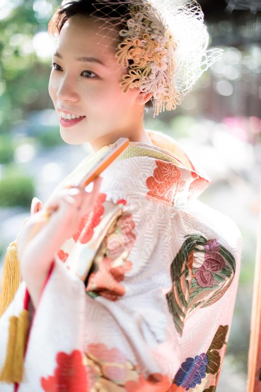 ロケーションフォトプランで撮影された和装花嫁さまをご紹介いたします(色打掛):手機織のこの色打掛は職人さんの想いがこもっています