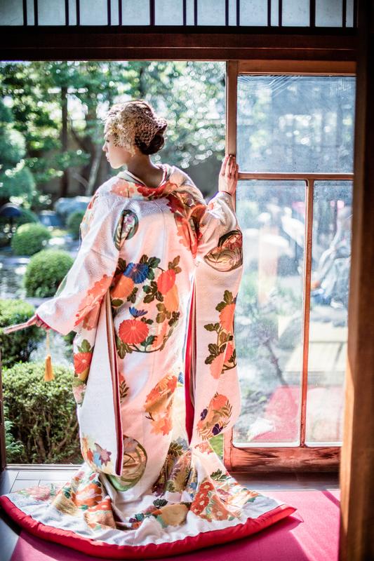 ロケーションフォトプランで撮影された和装花嫁さまをご紹介いたします(色打掛):上品な色打掛に金のヘッドドレスが素敵ですね