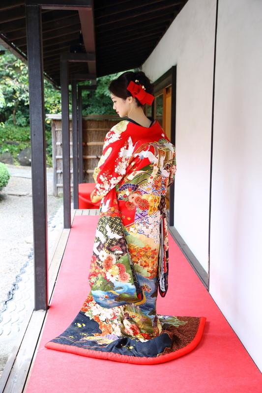 赤い色打掛に赤いヘッドドレスで可愛らしい後ろ姿に八芳園でお式をされた和装花嫁さまをご紹介いたします(色打掛):