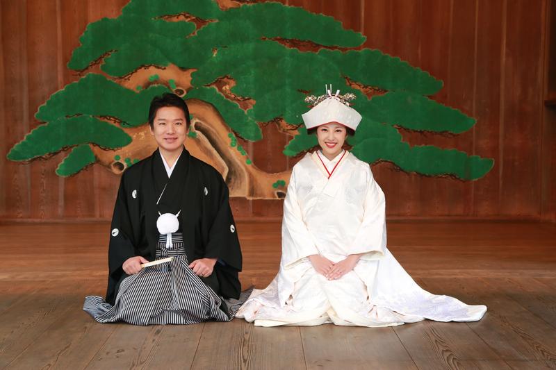 身曾岐神社の能舞台に白無垢姿が映えますね