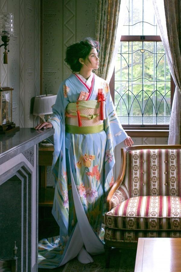 『水色花菖蒲の調べ』水色地に手描き友禅で描かれた菖蒲の葉や茎の縦のラインがスッキリと見せてくれる引き振袖です。細部に施された金駒刺繍が印象を華やかに見せてくれます。