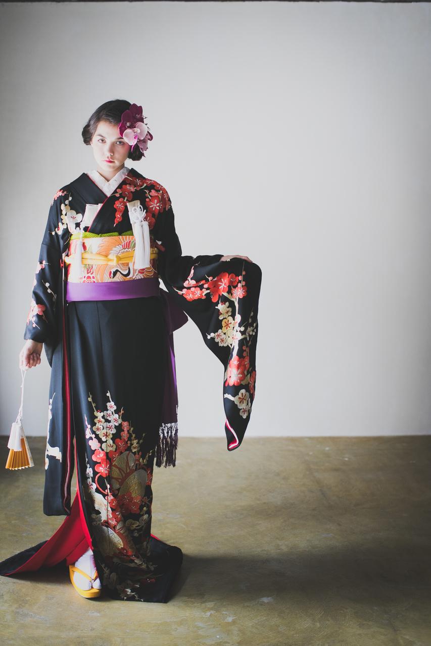 『黒地手刺繍梅につづみ』しっとりとしなやかな黒地の全面に、繊細で柔らかな手刺繍の梅とつづみが施された粋な黒引き振袖。角隠しを合わせた伝統的なスタイルも美しいです。