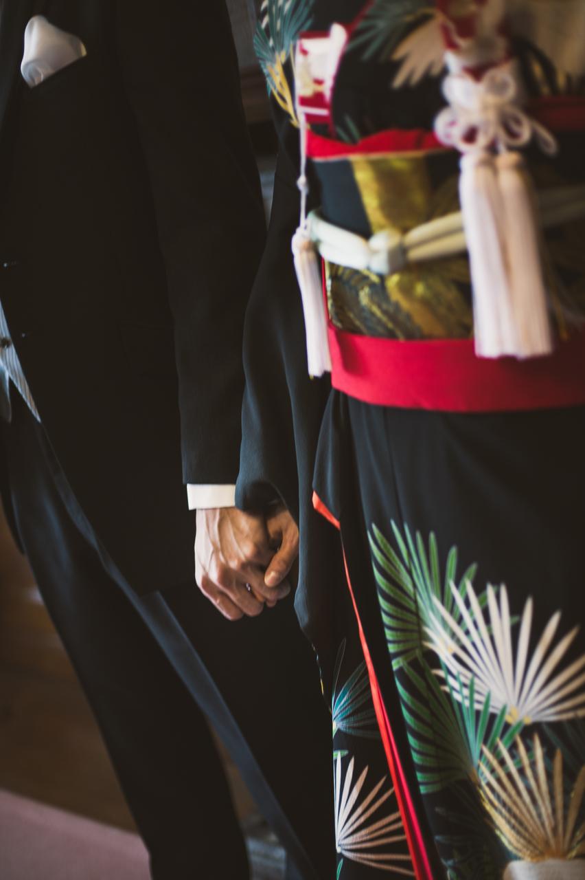 『長寿松』黒地に緑の葉の長い大降りな松と、鶴の線が粋な印象の黒引き振袖。格好良さがさらに引き立つ ペールトーンの爽やかな小物を合わせて。