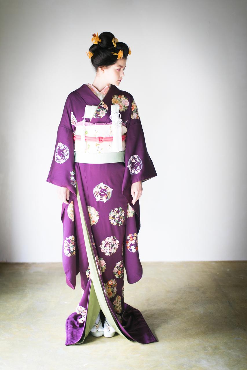 『紫手刺繍花丸紋』しっとり、とろりとしたちりめん地に、様々な技法の手刺繍による四季の花のが美しい。着心地も良く、身体に寄り添うような引き振袖です。
