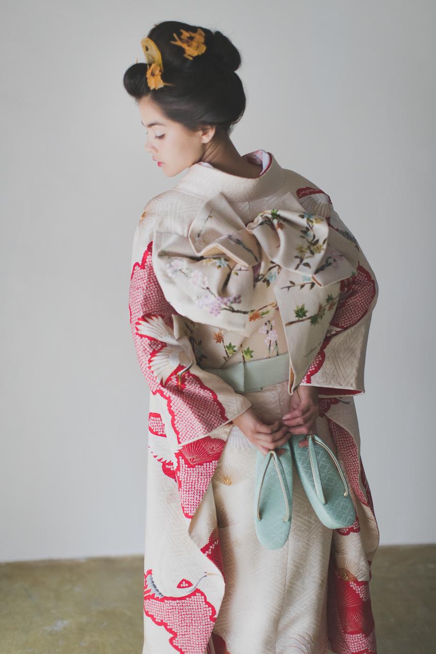 『白地疋田古典鶴』古典的な白地の引き振袖に、赤い絞りの雲取が愛らしい一枚。紅白のシンプルな色使いに、鮮やかな色味の小物合わせが楽しめます。