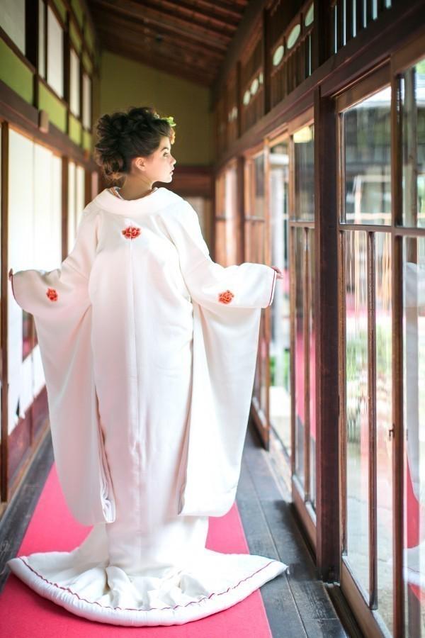 『ちりめん牡丹花紋』白無垢にはめずらしいちりめん地に、紋の数としては最も格が高いと言われる 5ツ紋の牡丹が刺繍された白無垢。裾のふきには細く赤いラインも入り、優しく凛とした印象の一着です。