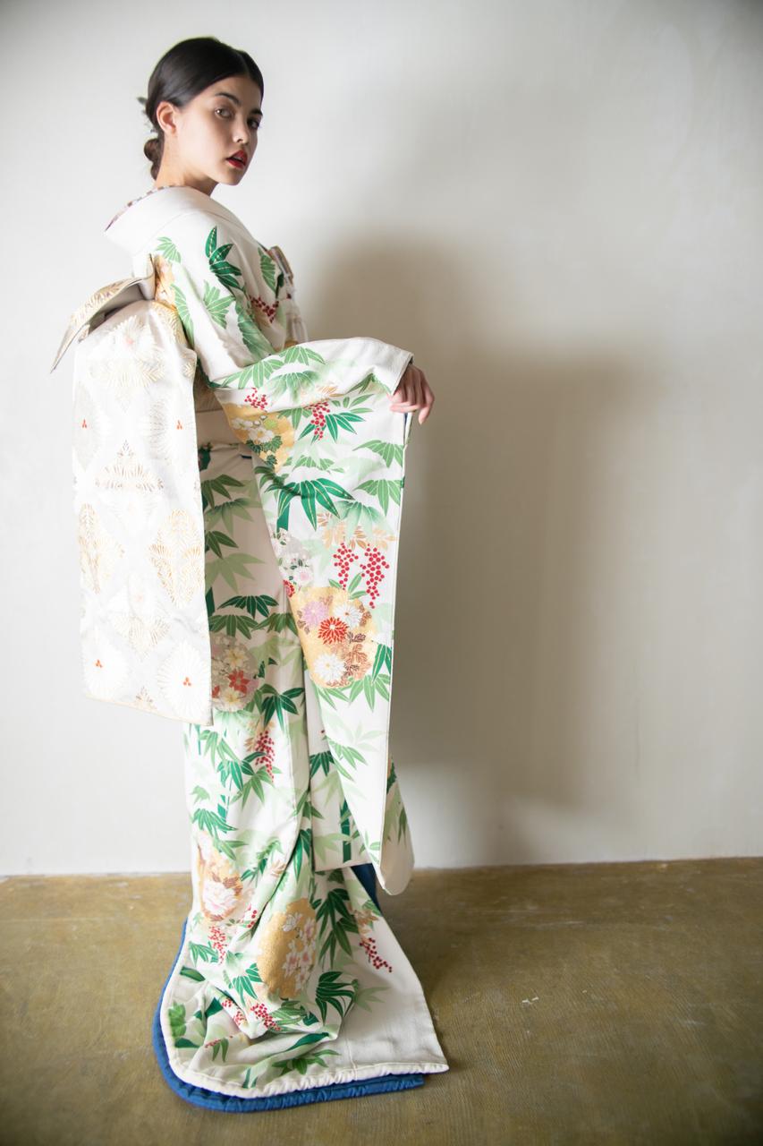 『雪景色に南天』白地に南天と竹が埋め尽くされんばかりに手描きされた友禅の逸品。「難を転じて福をなす」という縁起が込められた風情溢れる引き振袖です。