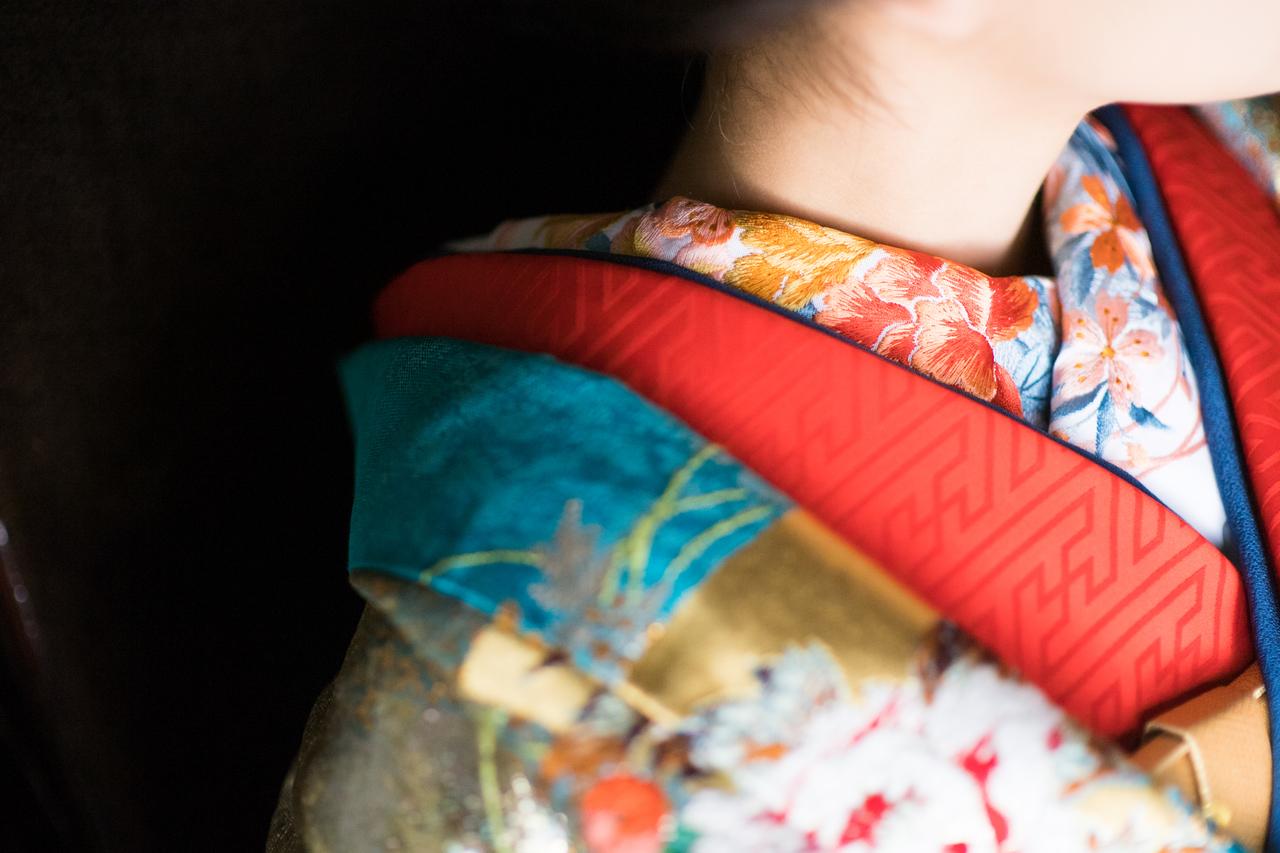 『青道長取秋草』鮮やかな青色の流水が大胆に表現されながら、ところどころに散りばめられた橙や桃色の花々、朱赤のふきが全体を引き締めます。金糸と銀糸をふんだんに使った、色鮮やかで他には類を見ない輝きを放つ一着です。