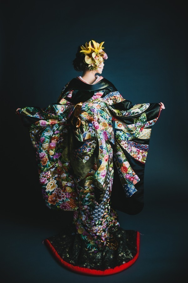 『黒地相良熨斗目花車』箔押しの黒地に、大胆にあしらった束ね熨斗の豪勢な構図の中に、色鮮やかで可憐な相良刺繍の花紋様。格調高く豪華を極めた逸品です。