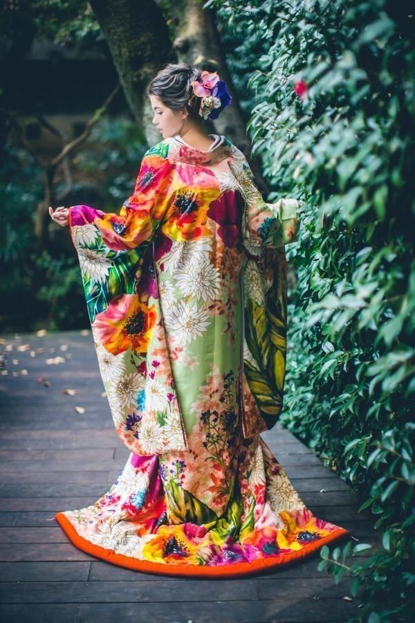 『若菜色大華友禅』ドレスからの流れを華やかに取り入れたオリエンタルな柄が新しい一枚。斬新なデザインとは裏腹に、金駒刺繍や手刺繍といった伝統技術が散りばめられ、可憐な中にも立体的な優美さが表現されています。